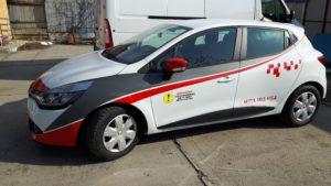 autoturism renault inscriptionat scoala auto